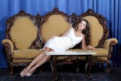 Piękny eleganckiej kobiety obsiadanie w karle zdjęcia royalty free