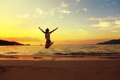 Piękny energetyczny młodej kobiety sylwetki doskakiwanie na pięknym słońcu Obrazy Royalty Free
