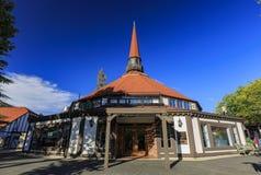 Piękny Europa stylu budynek w Jeziornym grocie zdjęcie stock