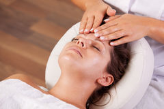 piękny facial dostaje masażu kobiety potomstwa zdjęcie stock