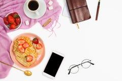 Piękny flatlay przygotowania z filiżanką kawy, gorącymi goframi z, szkłami i innych biznesów akcesoriami, śmietanką i truskawkami Zdjęcia Royalty Free