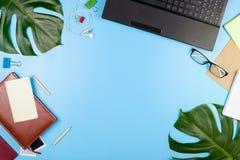Piękny flatlay z laptopem, szkłami, filodendronów liśćmi i innych biznesów akcesoriami, Pojęcie ministerstwo spraw wewnętrznych Obrazy Royalty Free