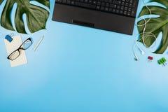 Piękny flatlay z laptopem, szkłami, filodendronów liśćmi i innych biznesów akcesoriami, Pojęcie ministerstwo spraw wewnętrznych Obraz Royalty Free