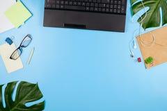 Piękny flatlay z laptopem, szkłami, filodendronów liśćmi i innych biznesów akcesoriami, Pojęcie ministerstwo spraw wewnętrznych Obraz Stock
