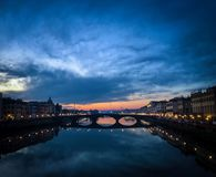 Piękny Florencja pejzaż miejski przy nocą w Florencja Włochy fotografia royalty free