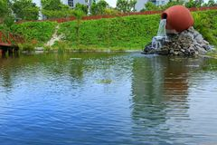 Piękny fontain tworzył jak ceramiczny słój w parku Hulhumale, Maldives pięknie się tło charakteru wektora zdjęcie stock