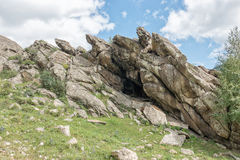 Piękny góra krajobraz, skały i niebieskie niebo z chmurami, Zdjęcie Stock