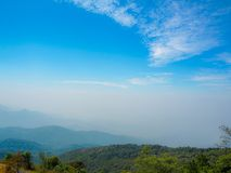 Piękny góra widok z niebieskiego nieba tłem obrazy stock