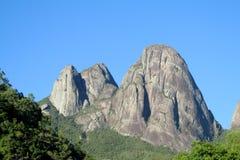 Piękny gładzi skałę w zielonym lesie Obraz Royalty Free