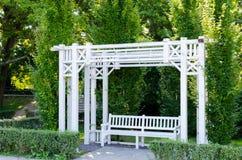 Piękny gazebo i ławka malowaliśmy w bielu w parku Obraz Stock