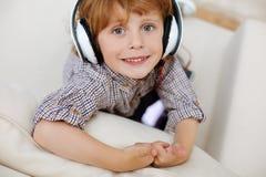 Piękny genialny dziecko słucha muzyka zdjęcia stock