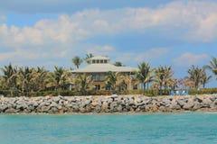 PIĘKNY graniczący z oceanem dom Z WDOWIM ` S spacerem Fotografia Royalty Free