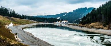 Piękny halny jezioro z widokiem na górach zdjęcie royalty free