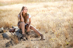 Piękny hipis dziewczyny obsiadanie na drzewnym fiszorku zdjęcie royalty free