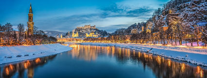 Piękny historyczny miasto Salzburg w zimie przy nocą, Austria Fotografia Royalty Free