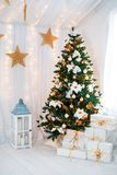 Piękny holdiay dekorujący pokój z choinką obrazy royalty free