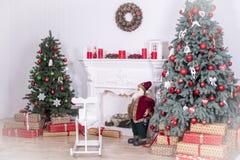 Piękny holdiay dekorujący pokój z choinką z teraźniejszość pod nim obrazy royalty free