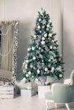 Piękny holdiay dekorujący pokój z choinką z teraźniejszość pod nim Teraźniejszość i prezenty pod dekorującymi bożymi narodzeniami zdjęcia stock