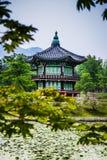 Piękny Hyangwonjeong pawilon na sztucznej wyspie - Seul zdjęcie stock
