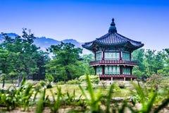 Piękny Hyangwonjeong pawilon na sztucznej wyspie - Seul obraz stock