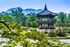 Piękny Hyangwonjeong pawilon na sztucznej wyspie - Seul obrazy stock