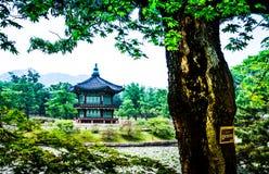 Piękny Hyangwonjeong pawilon na sztucznej wyspie - Seul zdjęcia stock