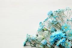 piękny i delikatny błękitny kwiatu przygotowania na białym drewnianym tle Obrazy Royalty Free