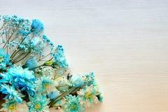 piękny i delikatny błękitny kwiatu przygotowania na białym drewnianym tle Zdjęcia Stock