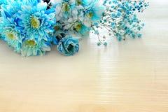 piękny i delikatny błękitny kwiatu przygotowania na białym drewnianym tle Zdjęcia Royalty Free