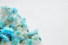 piękny i delikatny błękitny kwiatu przygotowania na białym drewnianym tle Fotografia Royalty Free