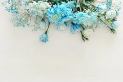 piękny i delikatny błękitny kwiatu przygotowania na białym drewnianym tle Zdjęcie Stock