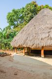 Piękny i kolorowy tradycyjny pokrywający strzechą wokoło budy w wiosce gwinea Bissau, afryka zachodnia Fotografia Stock