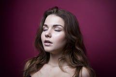 Piękny i młoda dziewczyno z zamkniętymi oczami, brunetka Purpurowy wierzchołek Delikatny makijaż i brown włosy włosy rozwija na w Fotografia Royalty Free