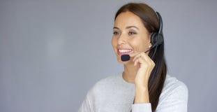 Piękny i pozytywny żeński centrum telefoniczne agent przy pracą Zdjęcia Royalty Free