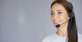 Piękny i pozytywny żeński centrum telefoniczne agent przy pracą Zdjęcie Royalty Free