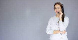 Piękny i pozytywny żeński centrum telefoniczne agent przy pracą Zdjęcia Stock