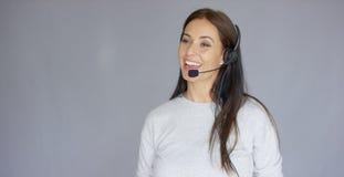 Piękny i pozytywny żeński centrum telefoniczne agent przy pracą Obraz Stock