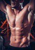 Piękny i silny młody mięśniowy facet obrazy stock