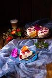 Piękny i smakowity cheesecake bez piec z truskawkami zdjęcia royalty free
