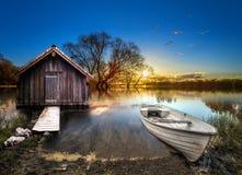 Piękny i spokojny z drewnianym palowym jezioro krajobrazem obrazy stock