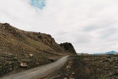 piękny icelandic krajobraz z skalistymi wzgórzami i pustą drogą, obraz royalty free