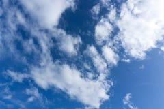 Piękny idylliczny niebieskie niebo z chmurą obrazy royalty free