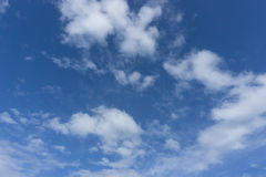 Piękny idylliczny niebieskie niebo z chmurą zdjęcia royalty free