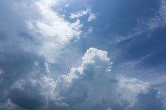 Piękny idylliczny niebieskie niebo z chmurą obraz royalty free