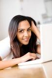 Piękny Indiański kobieta uczeń używa laptop w domu Zdjęcie Stock