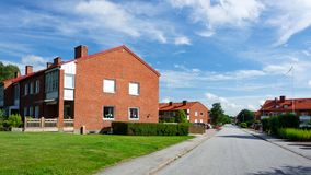 Piękny ja minimalistyczny Szwedzki rodzina budynek mieszkalny w miasteczku obraz royalty free