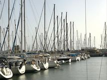 Piękny jachtu statek cumował przy portem z innymi łodziami na błękitnym solonym morzu fotografia royalty free