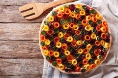 Piękny jarzynowy kulebiak z marchewkami, zucchini, oberżyną i pszczołą, Fotografia Royalty Free