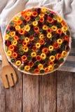 Piękny jarzynowy kulebiak z marchewkami, zucchini, oberżyną i pszczołą, Fotografia Stock