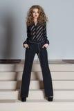 Piękny jaskrawy i uzupełnialiśmy w czarnych spodniach i czarnej koszula, mody fotografia dla catalogu Fotografia Stock
